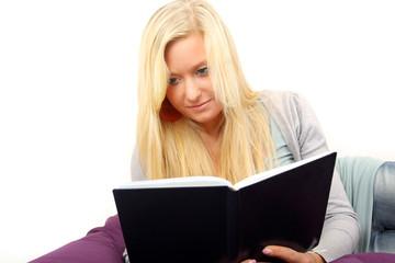 Auf dem Bett lesen
