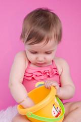 bébé de 8 mois qui joue