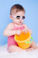 fillette en lunettes de soleil