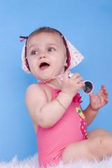 enfant de 8 mois sur fond bleu
