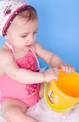 bébé de 8 mois jouant avec son sceau