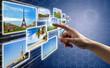 Doigt pressant un bouton/photo sur un écran tactile