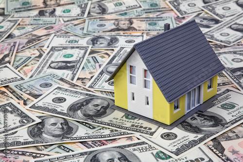 Haus auf Dollar Geldscheinen