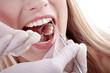 Frau mit weisse Zähne bei Untersuchung