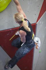 Frau beim Bouldern