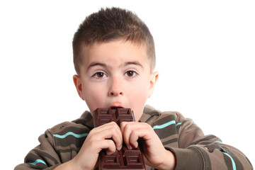 bambino goloso mangia tavoletta di cioccolata