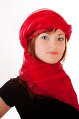 Frau mit roten Schleier als Kopftuch 551