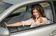 Frau im Auto mit Daumen hoch