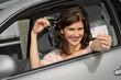 Frau mit Autoschlüssel und Führerschein