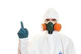 Muž v obleku ochranný respirátor. Izolovaných na bílém