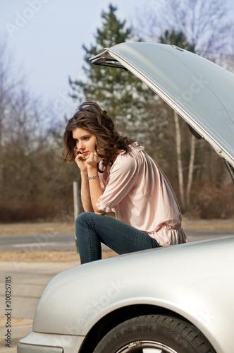 frustrierte Frau telefoniert nach Panne