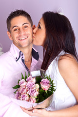 homme qui offre des fleurs a une femme