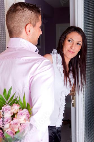 Homme qui offre des fleurs a une femme photo libre de for Offre des fleurs