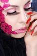 Beauty Frau mit hübschen Nägel und Ornament im Gesicht