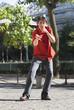 homme jouant gesticulant dans la rue