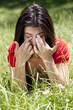 jeune femme allergique se frottant les yeux