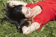 jeune femme prenant le soleil