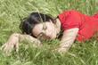 jeune femme endormie dans les herbes