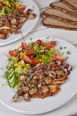 Salat mit Steak und Brot
