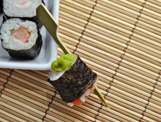 Sushi con salsa de algas