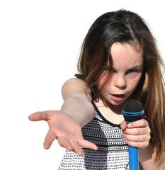 fillette qui chante en criant avec son micro sur fond blanc