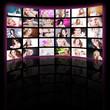 Hübsche Frauen auf TV Wand mit Hintergrund Licht