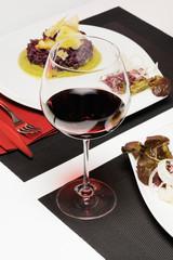 bichiere di vino con tavola apparechiata