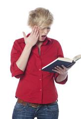 gestuelle de surprise en lisant un livre