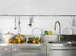 lavello di acciaio in cucina moderna con stoviglie e rubinetto
