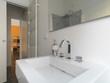dettaglio del lavabo in ceramica bianca di un bagno moderno