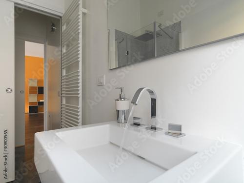 Dettaglio del lavabo in ceramica bianca di un bagno - Ceramica bagno moderno ...
