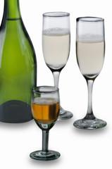 copas y botella de vino