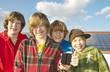 Gruppe Kinder vor Solaranlage