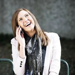 junge Frau mobil