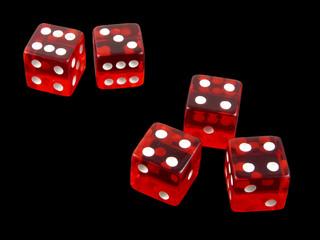 Trio de cuatros en dados rojos de casino sobre fondo negro
