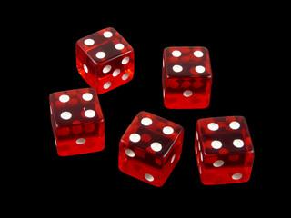 Repoker de cuatros en dados rojos de casino sobre fondo negro