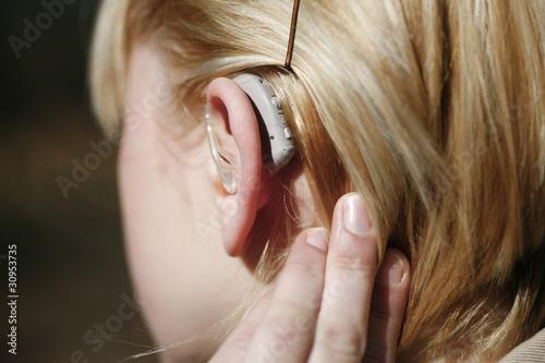 Junge Frau mit Hörgerät - 30953735