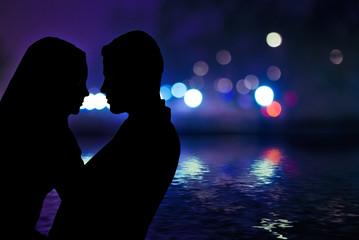 siluetas de enamorados en paisaje urbano