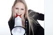 Junge blonde Frau verkündet mit Megafon