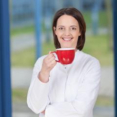 Ärztin macht kaffeepause