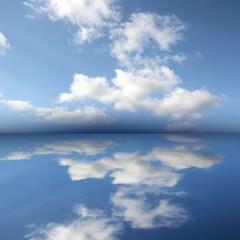 Ozean mit Wolken