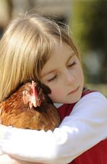 Kleines Mädchen mit Huhn