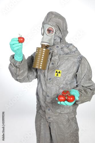 Arzt im Schutzanzug mit radioaktiv verseuchten Lebensmitteln
