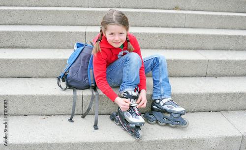 Kind zieht Skates an