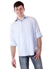 Junger attraktiver Mann lacht fröhlich in Kamera