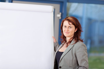 businessfrau päsentiert am flipchart