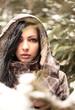 Bezaubernde Junge Frau im Winterwald