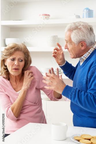 starsza-para-ma-argument-w-domu