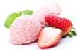 Erdbeereis mit Früchten auf weißem Hintergrund