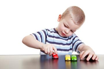Kind spielt mit kleinen Autos